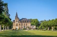 Superbe château construit au début du 18ème siècle, comprenant 4 magnifiques salles de réception, 6 chambres, des jardins paysagés et une piscine à sel.