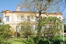 Bel hôtel particulier en activité sur 2 ha de terrain avec piscine et dépendance, proche de Toulouse