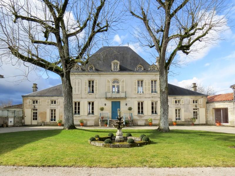 Chateau vendre en poitou charentes charente maritime for Acheter une maison pas cher en ile de france