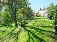 Girondine entièrement rénovée de 5 chambres  grange, sources, terres proche rivière offrant des vues superbes sur la campagne - possibilités d'agrandissement ou de gîtes dans les dépendances - terrain constructible d'environ 900m2 - à 35mn de Bordeaux par l'autoroute