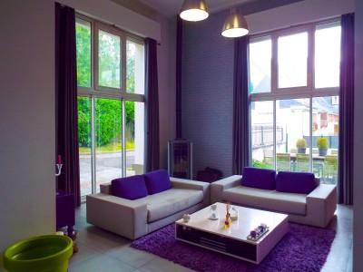 Maison-loft d'architecte de 205.45m², chargée d'histoire, en limite de Montmorency, où l'espace et la lumière ont été privilégiés dans un esprit minimaliste ouvert et chaleureux, laissant la part belle au métal, au verre et au béton ciré.