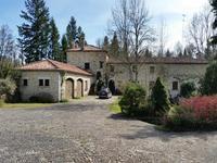 Superbe moulin de 6 chambres avec salon de 160m2, appartement d'amis, grange, garage sur plus de 8,4 ha de terrain!