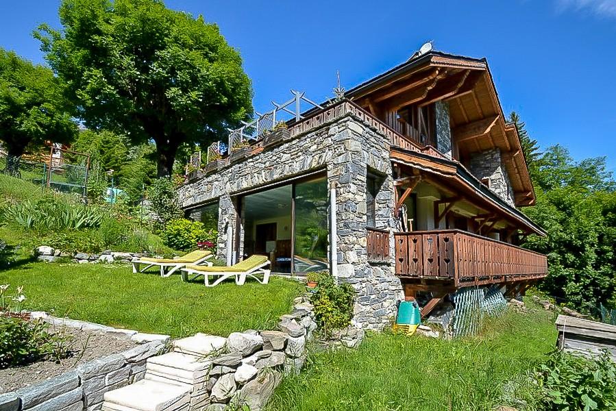 Chalet savoyard moderne construit dans un style authentique avec terrain et jardin - Deco style chalet savoyard ...