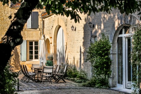 Magnificent Logis beautifully restored in an idyllic setting in the heart of the Cognac vineyards.
