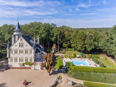 Très beau château 19ème, 5 chambres et salles d'eau, entouré d'un grand parc arboré, maison d'amis, piscine chauffée