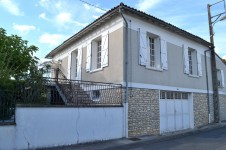 Une maison de 3 chambres/2 sdb avec jardin et terrasse à quelques pas de la ville historique de Civray.