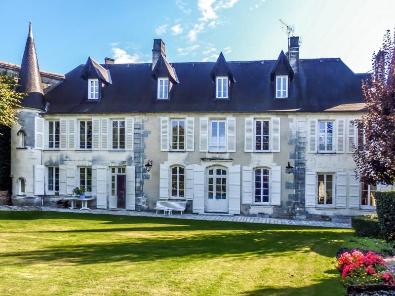 chateau vendre en poitou charentes charente cognac magnifique h tel particulier au centre de. Black Bedroom Furniture Sets. Home Design Ideas