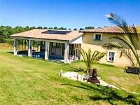 Belle maison rénovée avec 5 chambres, dépendances (menuiserie et hangars) sur 7ha de terrain et 3 petits lacs. A deux pas des commerces et dans un iîot de paix!