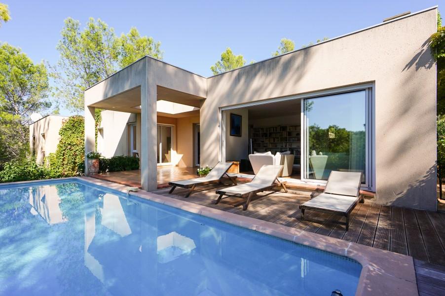 maison vendre en languedoc roussillon gard nimes villa contemporaine de 153m2 avec piscine. Black Bedroom Furniture Sets. Home Design Ideas