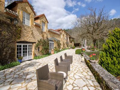 Rare! Propriété en pierre entièrement rénovée comprenant 7 chambres avec salle de bains privative, un appartement indépendant de 2 chambres, des dépendances, une piscine et des jardins avec vue - actuellement gérée comme chambre d'hote de grande qualité.