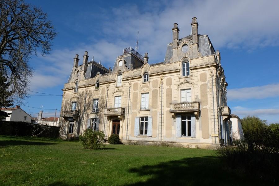 chateau vendre en aquitaine gironde bazas majestic chateau des ann es 1800 situ dans son. Black Bedroom Furniture Sets. Home Design Ideas