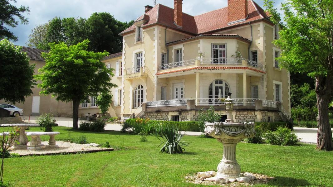 Maison vendre en aquitaine dordogne hautefort magnifique ancien h tel en partie r nov avec - Maison jardin a vendre aylmer colombes ...