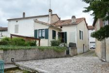 Maison en pierre avec deux chambres et deux salles de bains, jardin en bordure de la petite rivière
