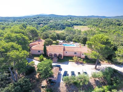 Besse sur Issole - If you are thinking about a lifestyle change, this is your chance! Stunning Provençal property offering 7 bedrooms and 7 bathrooms situated in the lovely countryside of the Var at only 35 minutes from the nearest beaches.
