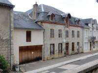 Une importante propriété de centre-ville à Chateauneuf la Forêt à rénover