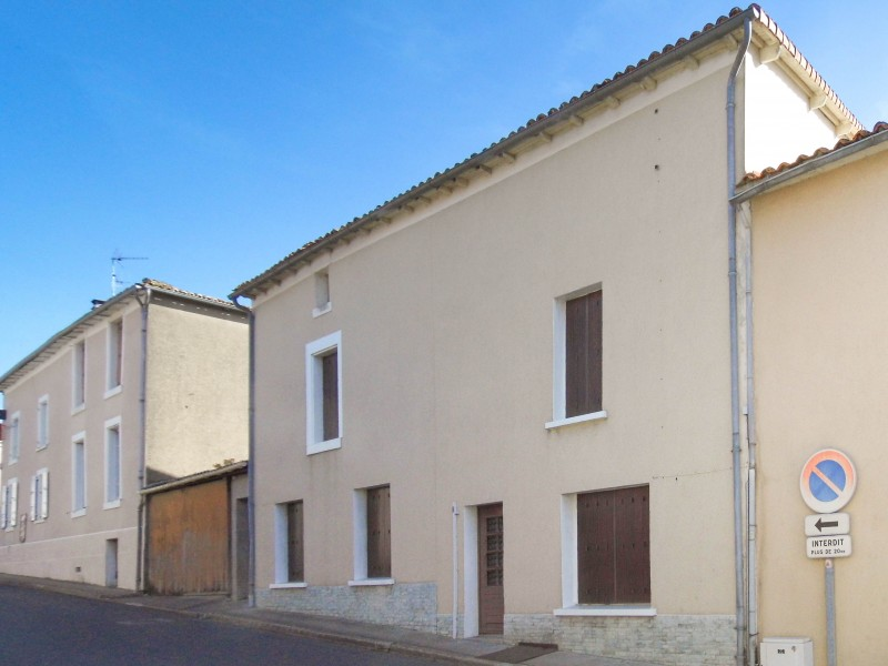 Maison vendre en poitou charentes deux sevres fenioux for Acheter garage pour louer rentable