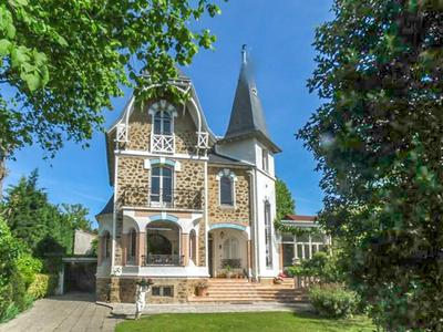 Luxurious villa with 5 spacious bedrooms and a large garden 30 minutes from Paris centre