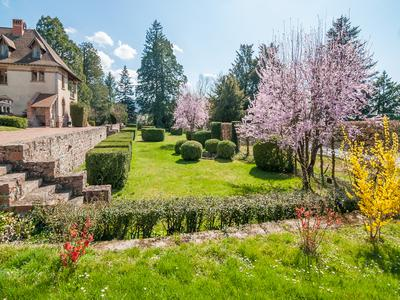 Beautiful 12 bedroom, 19th Century manor house with lovely gardens in Thizy-les Bourgs, 20 minutes from the touristy Lac des Sapins leisure centre and beach, 1 hour North of Lyon. Potential for bed & breakfast, gite, chambres d'hote or wedding venue.