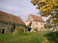 Jolie maison en pierre habitable, 3 chambres, grange et ancienne forge, 1665 m2 terrain dans un hameau près d'Aubusson avec toutes les commodités