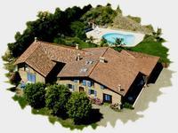 Superbe ferme Gasconne du 17ème, entièrement rénovée de 360m2 habitable avec dépendances, 2 gîtes déclarées, piscine chauffée et jardin sur 4.051m2 de terrain.