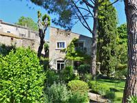 Près de Pézenas, dans un village recherché avec toutes commodités, superbe propriété de caractère de 6 chambres avec 240 m² de surface habitable, piscine et jardin méditerranéen