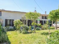 Une petite maison avec deux chambres dans un petit village calme, à proximité de Aulnay, en Charente Maritime.