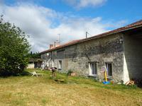 Maison en pierre de 3 chambres avec dépendances et jardin clos dans hameau calme proche Loudun : quelques travaux de finition à prévoir. Propositions considérées