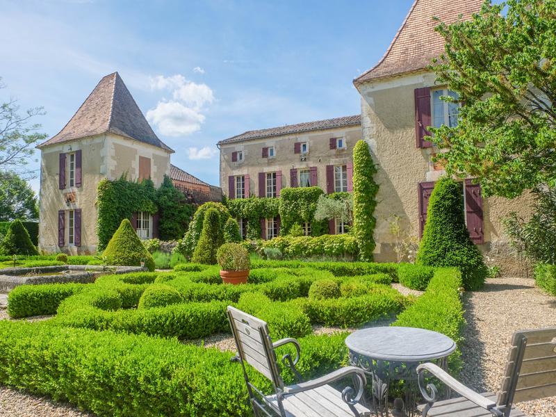 chateau vendre en aquitaine lot et garonne duras magnifique manoir avec piscine et jardin. Black Bedroom Furniture Sets. Home Design Ideas