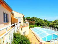 Sur les hauteurs de Faugères, avec des vues dégagées sur la mer et les Pyrénées, villa de 3 chambres avec piscine et jardin méditerranéen.