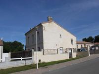 Maison familiale Girondine traditionnelle, située dans un quartier résidentiel, avec piscine et jardin donnant sur les vignes!