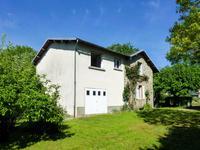 Cette maison de 4 chambres à rénover se trouve au cœur d'un village médiéval, dans un endroit calme, avec des vues dégagées sur la campagne.