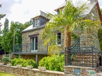 Maison en pierre de 3 chambres et grand salon, plus annexe transformable en gîte. Grand jardin avec accès direct a la rivière.