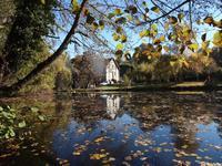 Jolie maison de 6 chambres avec étang (avec poissons), 9928 m2 de terrain au bord de la rivière, près de la charmante ville de Felletin avec toutes les commodités