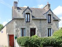 Maison en pierre avec 3 chambres, double vitrage, chauffage central et jardin.
