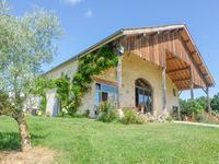Ferme Restaurée exceptionnelle, totalement privée, terrain et bois de plus de 14 hectares, très proche d'un village viticole actif, situé entre les aéroports de Bordeaux et Bergerac.