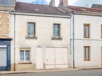 Dans un petit village, jolie maison de caractère avec 4 chambres, cour, jardin 270m², dépendances et atelier.