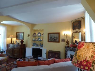 Beautiful masters house of 175m2 full of charm. Impeccably restored with river views and set in delightful English style park, with substantial outbuildings, at centre of medieval town. Five minutes walk to shops, market and train station with bi-hourly trains to Paris at 70 minutes. Extremely rare!