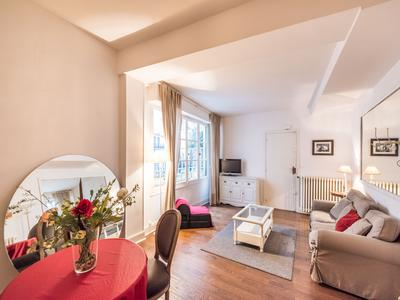 Paris 75006 -Saint-Germain des Prés - An apartment loft style of 57m2, 1 bedroom, quiet and ready to move in without loss of space, on the 1st floor of a building from 1820, surrounded by trendy terraces, shops and Art galleries.