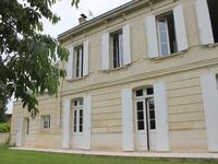 Maison familiale en pierre blanche sur la superbe rivière Dordogne, au charme ancien avec contemporaine belle extension / sejour cuisine (72m2). 5 Chambres, 10,000m2 Terrain et Panneaux Solaires! Possibilités énormes !!!