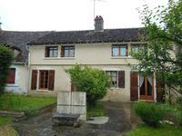 Ancien corps de ferme avec maison rénovée de trois chambres, plus une autre à rénover et grange dans un hameau