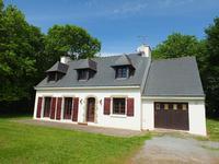 Belle maison de style néo-bretonne, 4 chambres, avec sa propre forêt, située dans un hameau calme. À une courte distance en voiture de Port de Foleux sur la rivière Vilaine, où se trouvent des amarres.