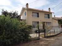 Maison d'habitation offrant trois chambres avec divers dépendances et maison à rénover, garage et jardin