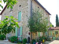 Charmante Maison d'hôtes dans un village proche de Riberac, offrant 5 chambres à coucher, chacune avec sa propre salle de bains, entourée d'un joli jardin fleuri et arboré.