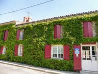 Activite de chambres d'hôtes réussie avec hébergement séparé pour les propriétaires et dépendances à rénover. En bord de village, zone touristique.