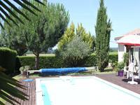 Maison récente de plain pied avec véranda, piscine et garage.