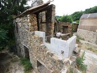 Hérault: Une remise  en pierre en reconstruction avec un jardin séparé dans le village pittoresque de la colline