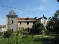Beau manoir en pierre du 16eme Siècle de 304 m2 sur un terrain de 8.298 m2 avec une superbe grange sur 2 étages, dans un village proche des commodités, à 50 min d'autoroute de Toulouse