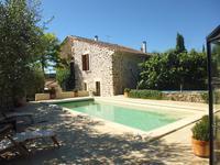 Maison en pierre superbement rénovée avec 3 chambres et un gîte séparé, joli jardin, piscine et garages.