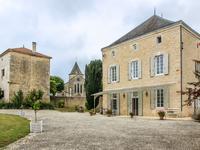 Cette belle maison est située dans un village historique avec restaurant. Il y a une grande maison, une deuxième maison à restaurer, jardin, parc et piscine.