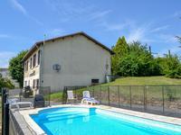Maison familiale très spacieuse avec un beau et grand jardin avec une piscine dans la campagne charentaise.